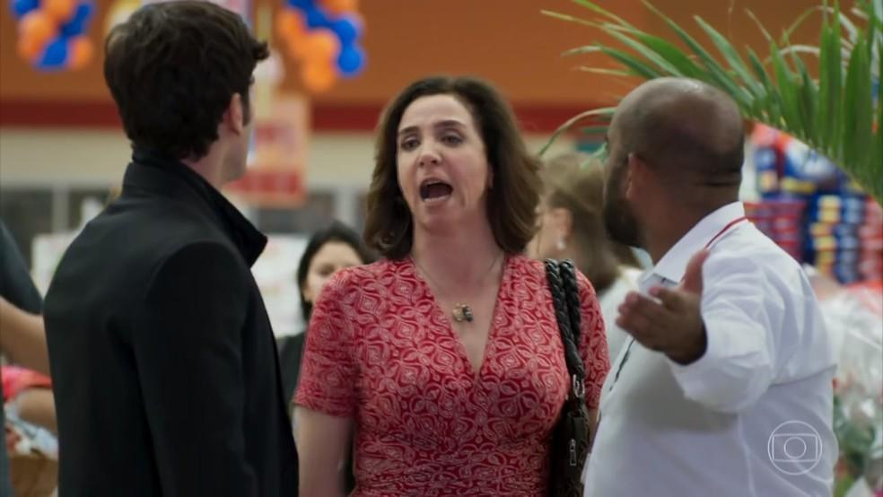Francesca (Marisa Orth) pede que Felipe (Marcos Pitombo) seja expulso do mercado - 'Haja Coração — Foto: Globo