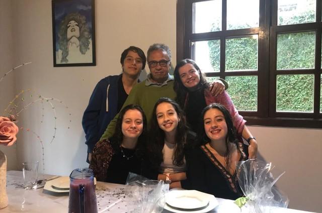 Maria Mariana com o marido, André Pessanha, e os filhos Gabriel, Laura, Isabel e Clara (Foto: Arquivo pessoal)