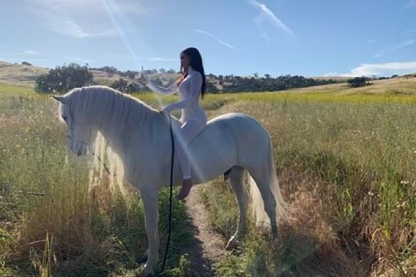 Uma das fotos de Kim Kardashian em cima de um cavalo que virou piada nas redes sociais (Foto: Instagram)