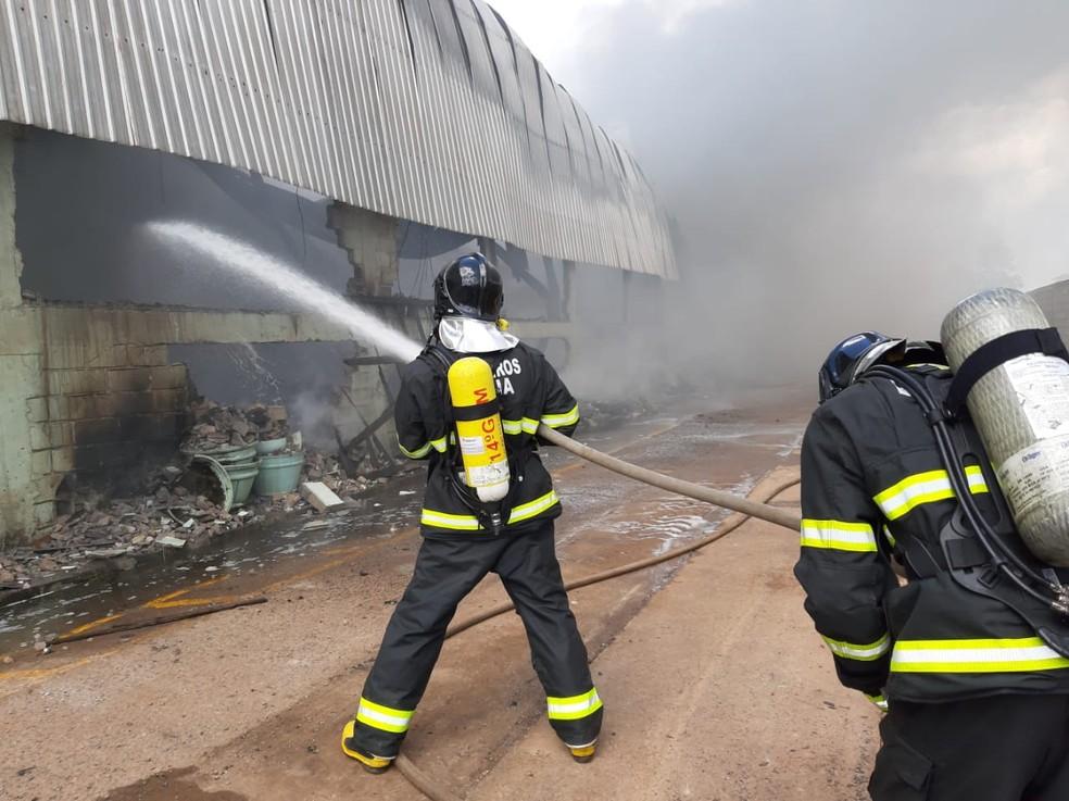 Bombeiros trabalham no local  — Foto: Divulgação/Corpo de Bombeiros