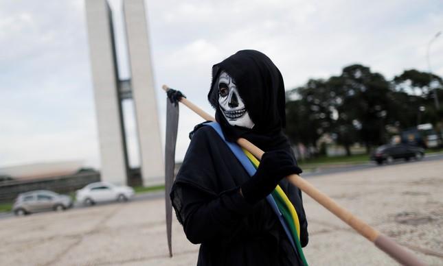 Protesto contra o presidente Jair Bolsonaro em Brasília diante da escalada de mortes por Covid-19