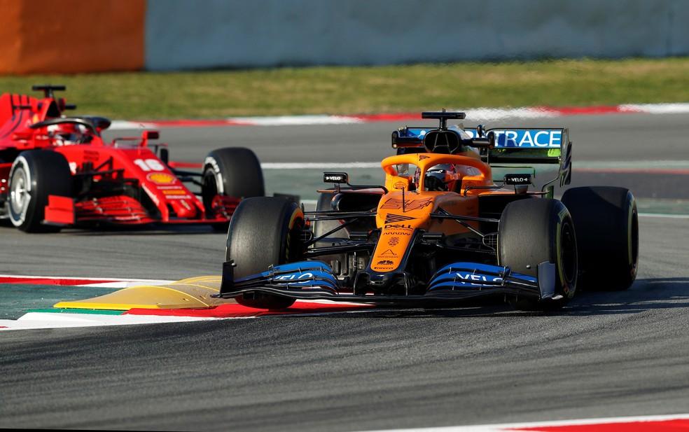 Sainz à frente de Leclerc nos testes em Barcelona — Foto: Reuters