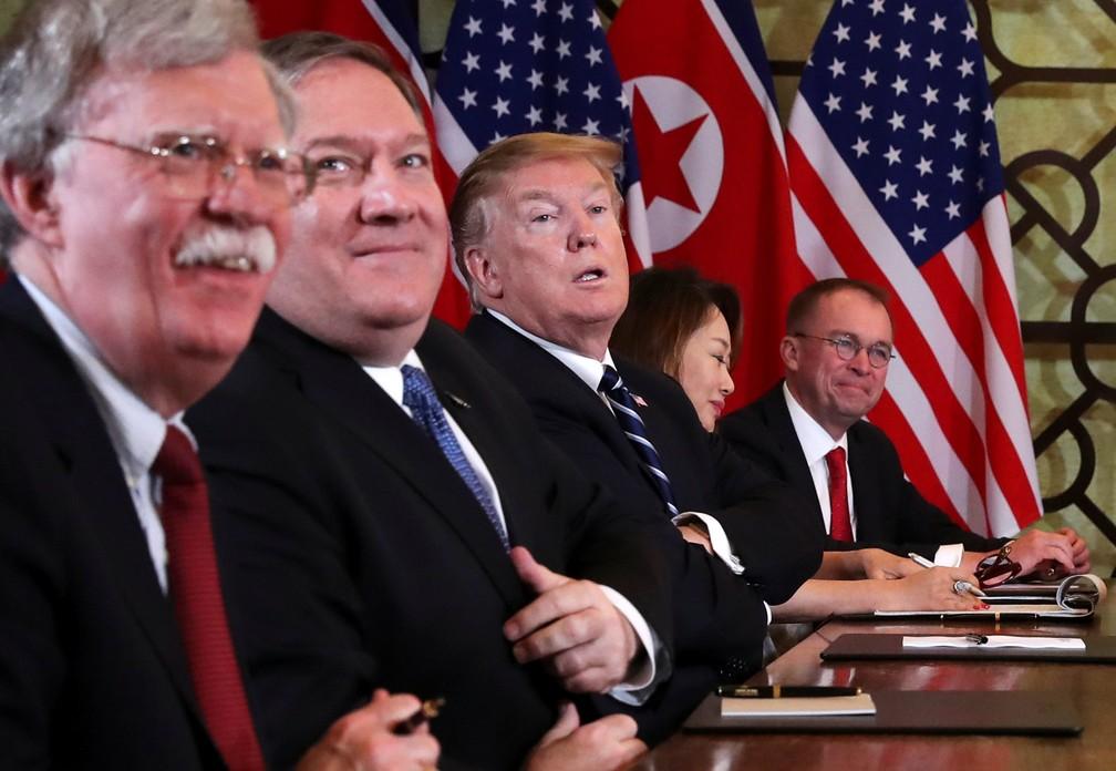 John Bolton, Mike Pompeo e Donald Trump participam de encontro com Kim Jong-un em Hanói, no Vietnã — Foto: Leah Millis/Reuters