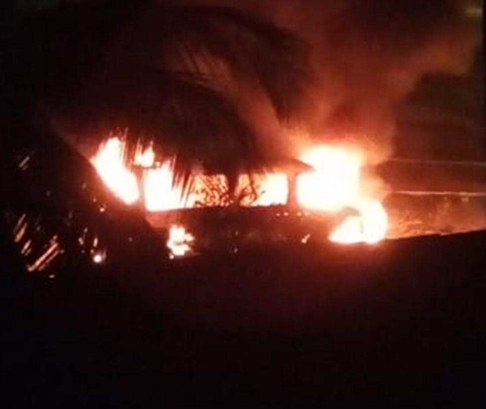 Incêndio aconteceu na madrugada desta terça (12) (Foto: Redes sociais)