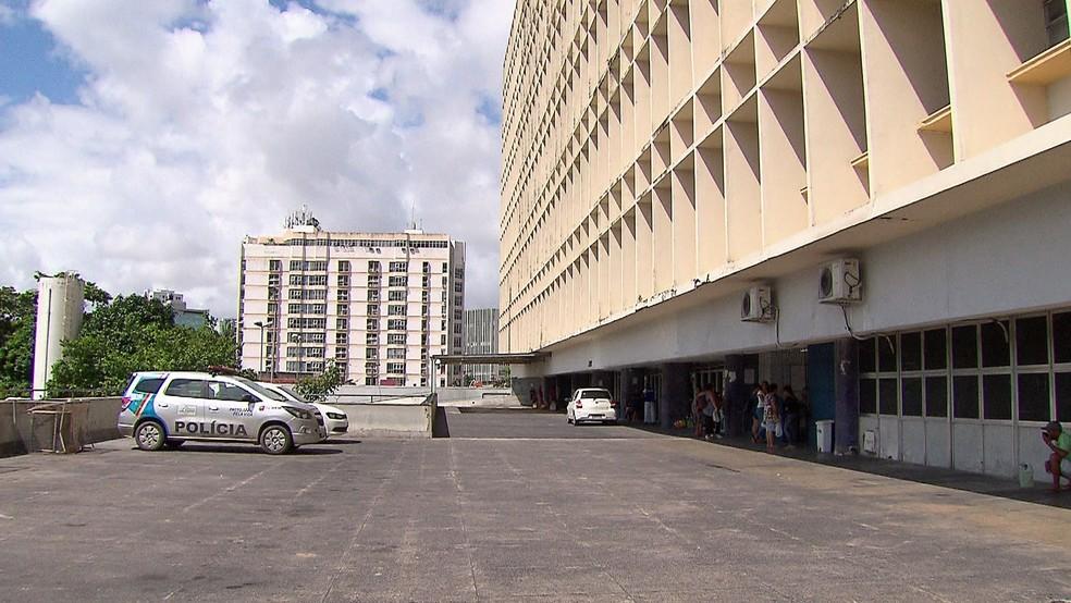 Assaltante ferido em perseguição policial foi levado sob custódia para o Hospital da Restauração, no Centro do Recife — Foto: Reprodução/TV Globo