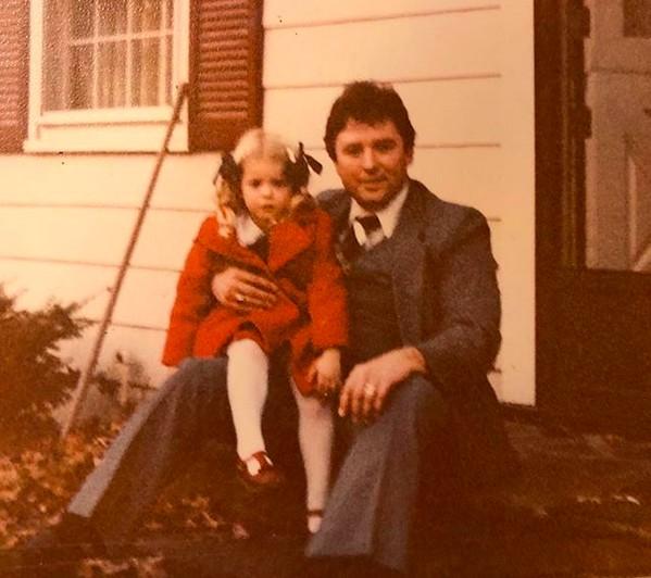 A atriz Tara Reid em uma foto antiga com seu pai (Foto: Instagram)