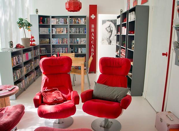 Na sala de TV da blogueira, o vermelho comanda a decoração (Foto: Judith de Graaff | JOELIX.com)
