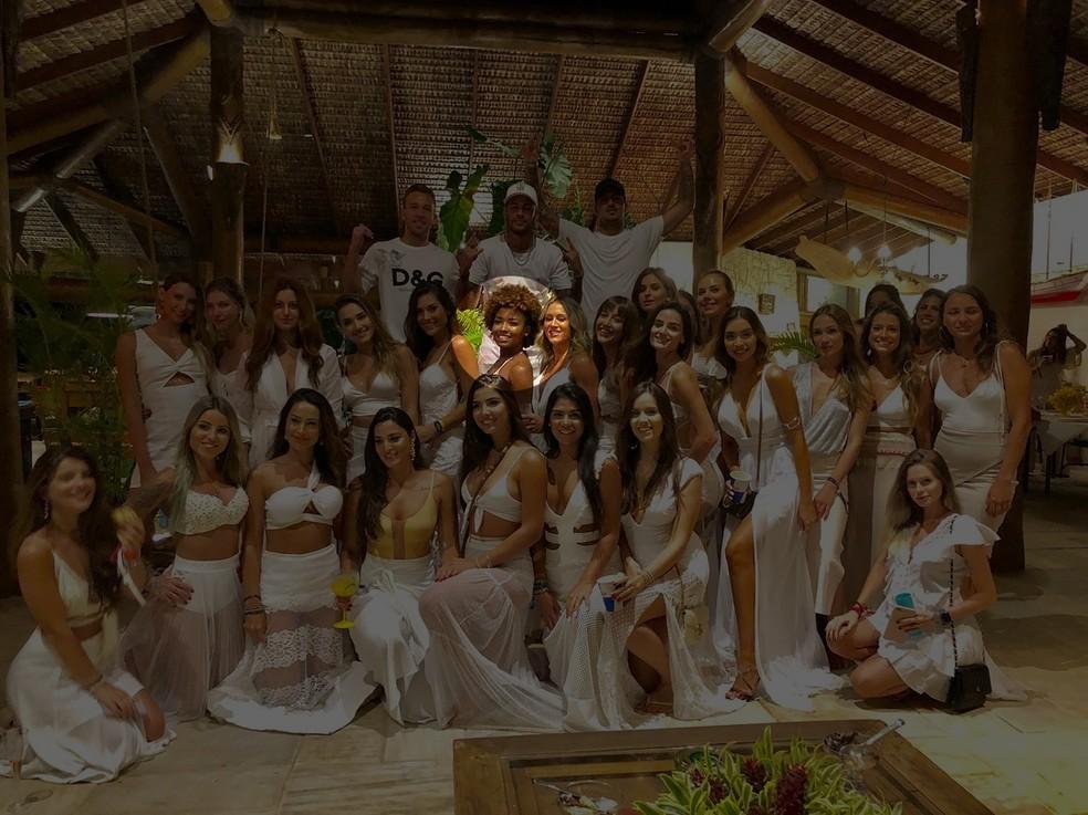 Sarah está bem no centro da foto de Neymar e Gabriel Medina no Réveillon com 26 mulheres — Foto: Reprodução / Instagram