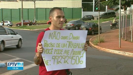 a5ca8c187 Sem emprego, jovem de Ribeirão leva currículo ao semáforo e faz apelo em  cartolina: