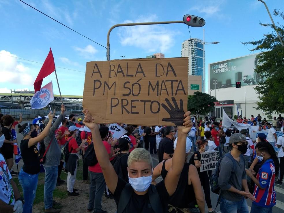 Grupos fazem protesto contra o racismo e o fascismo em Salvador — Foto: Clériston Santana/TV Bahia