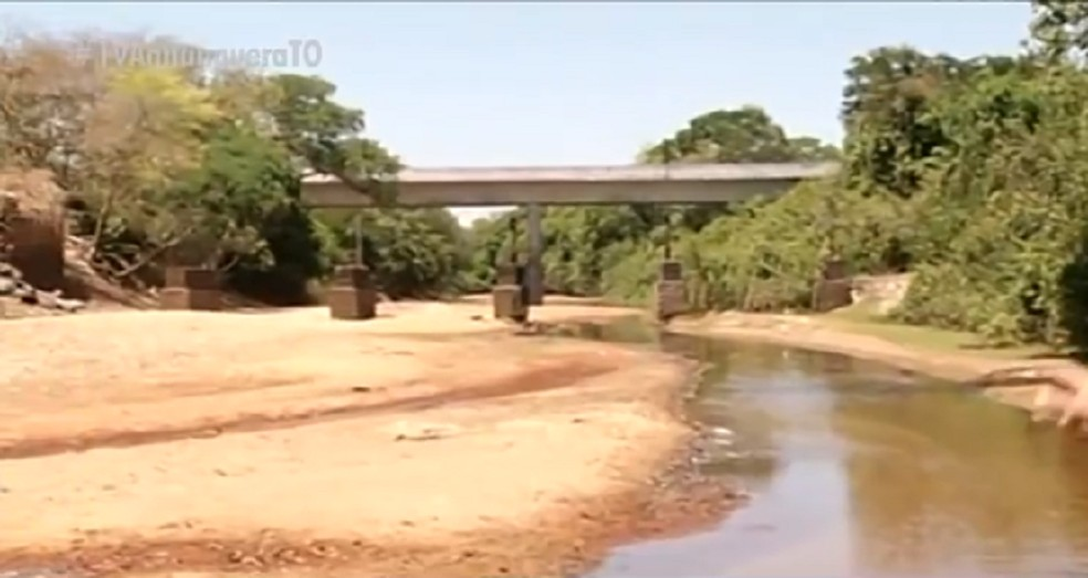 Pilares de ponte antiga apareceram após rio secar — Foto: Reprodução/TV Anhanguera
