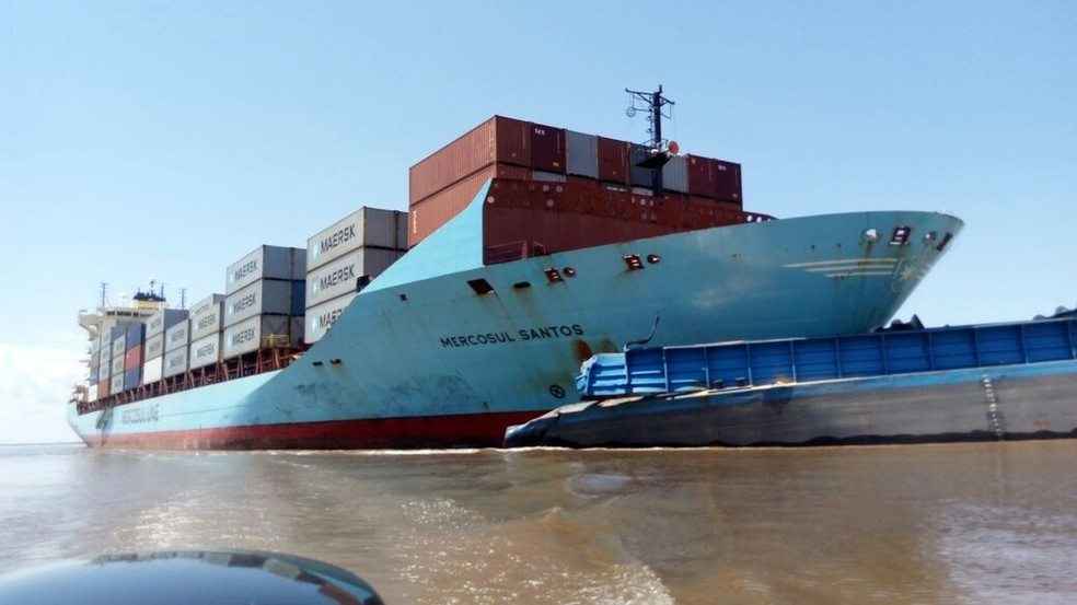 Balsa presa na proa do navio, no rio Amazonas, próximo ao porto de Óbidos (Foto: Marcos Cantuária/TV Sentinela)