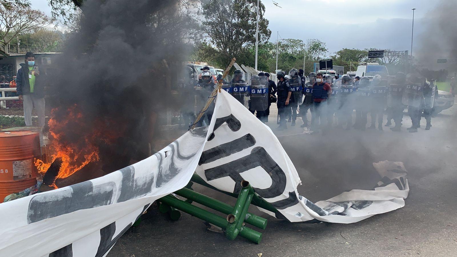 Confusão em protesto de trabalhadores da Comcap deixa feridos em Florianópolis