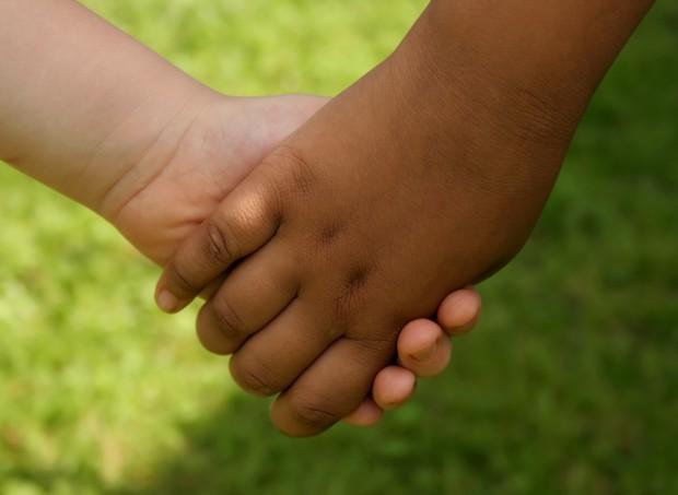 preconeito_amizade_negro_branco_mãos_criança_discriminação (Foto: thinkstock)
