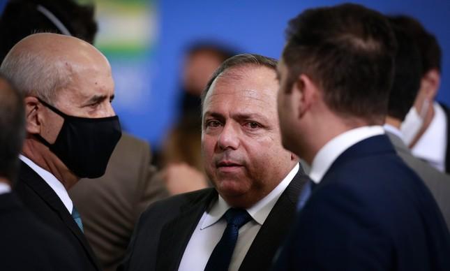 Sem máscara, o ministro interino da Saúde, Eduardo Pazuello