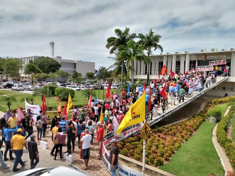 Servidores do RN fazem manifestação por pagamento de salários atrasados. — Foto: Lenilton Lima
