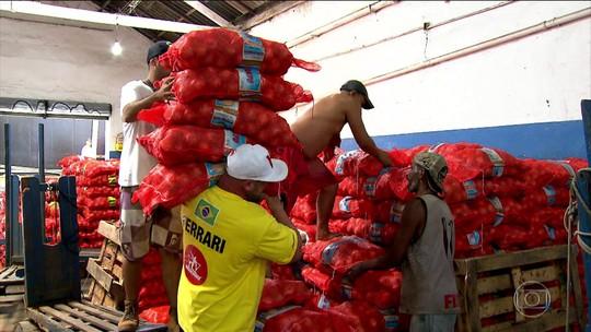 Marcos Ferrari troca halteres por sacos de batata, cebola e grãos na zona cerialista de São Paulo