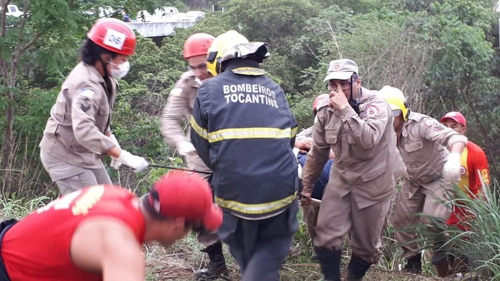 Homem foi resgatado por equipe do Corpo de Bombeiros — Foto: Manuela Messias/TV Anhanguera
