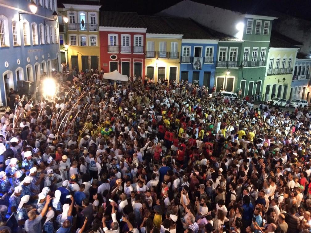 Dezenas de pessoas participam de ato em homenagem a Moa do Katendê no Pelourinho — Foto: Giana Matiazzi/TV Bahia