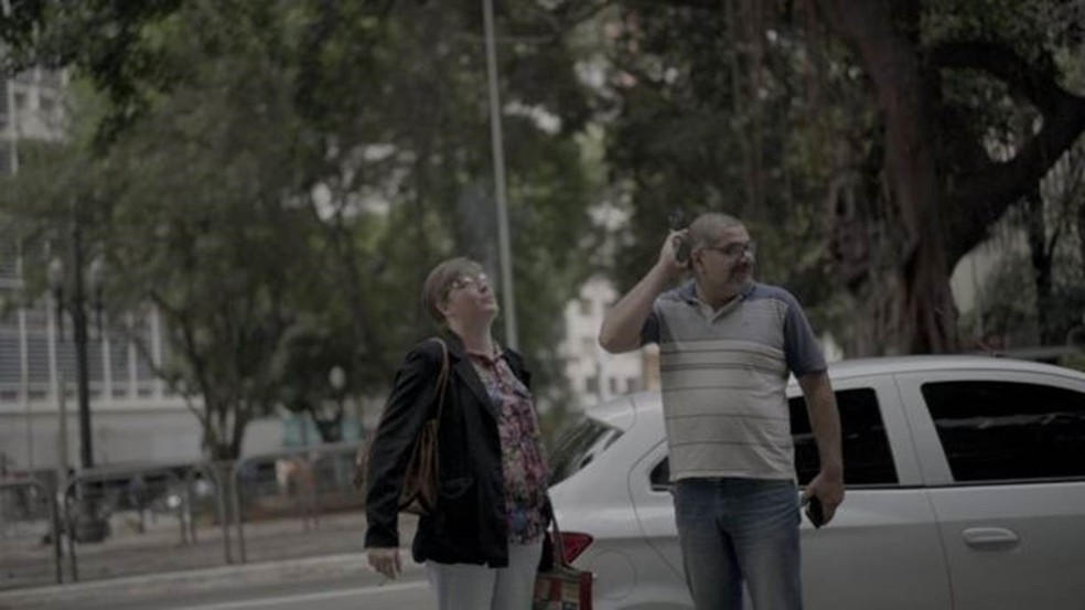 Depois que Alessandra desmaiou no ônibus ao voltar do trabalho, Alexandre passou a buscar a mulher no trabalho — Foto: Fernando Quixote/BBC