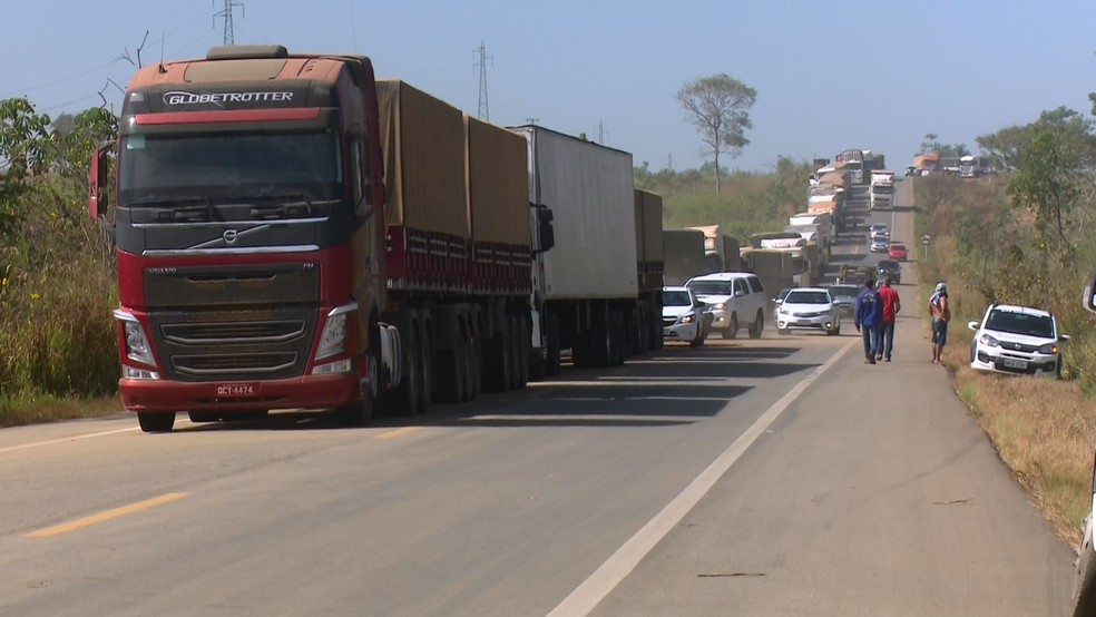 Congestionamento na BR-364 após colisão de veículos — Foto: Magda Oliveira/G1
