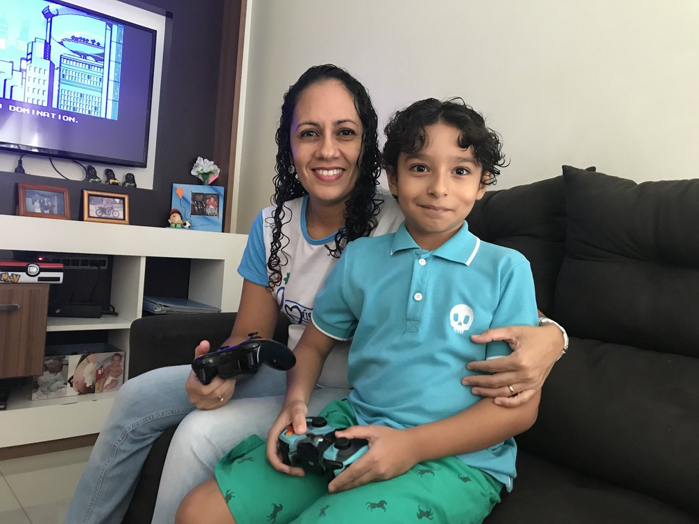 Luciana e Rafael, que foi diagnosticado com autismo (Foto: Naiara Arpini/ G1 ES)