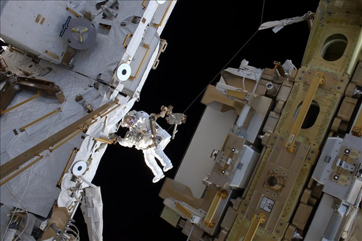 Dois astronautas terminam com sucesso caminhada espacial