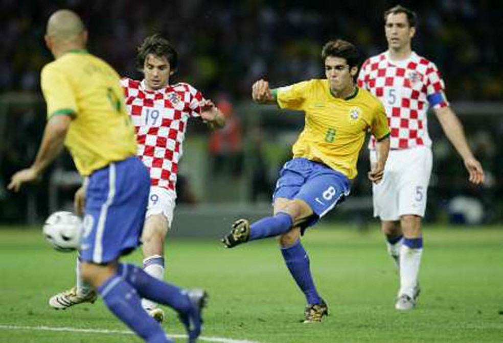 Na Copa de 2006, Brasil entrou em campo com meias azuis (Foto: Agência Reuters)