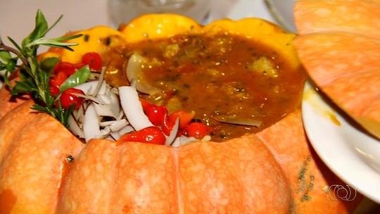 Ex-jogador de futebol, dono de restaurante ensina como preparar receita de Moqueca na Moranga