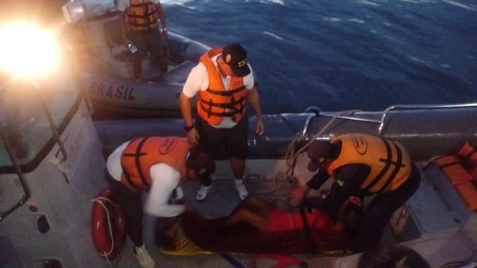 Chegada da lancha que socorreu a mulher picada por cobra surucucu  â Foto: CFS/Divulgação