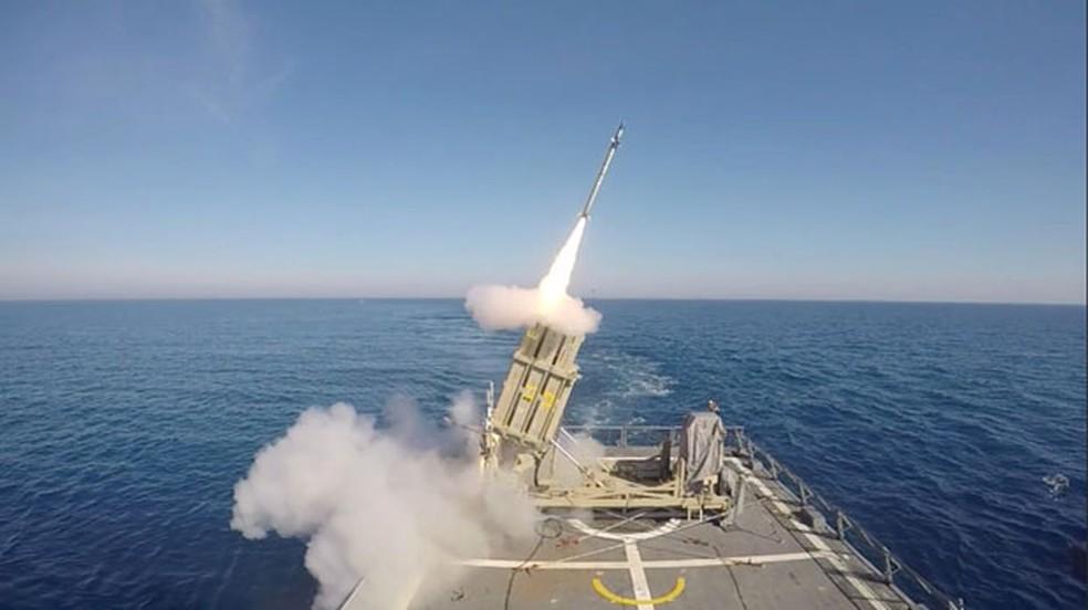 """O sistema de interceptação marítima de mísseis """"cúpula de ferro"""" evita mortes ao interceptar mísseis inimigos. — Foto:  Forças de Defesa de Israel/Reuters"""