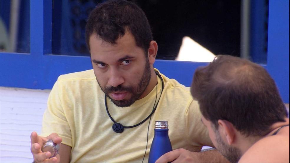 Caio questiona Gilberto sobre brother do BBB21: 'Ele não teve coragem de assumir para você?' — Foto: Globo