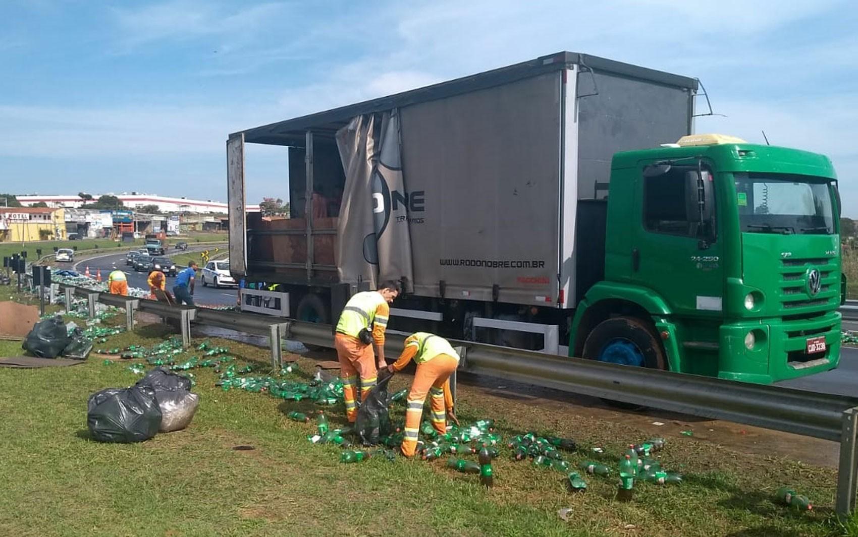Caminhão derruba carga de refrigerantes na Rodovia Campinas-Monte Mor, em Hortolândia - Radio Evangelho Gospel