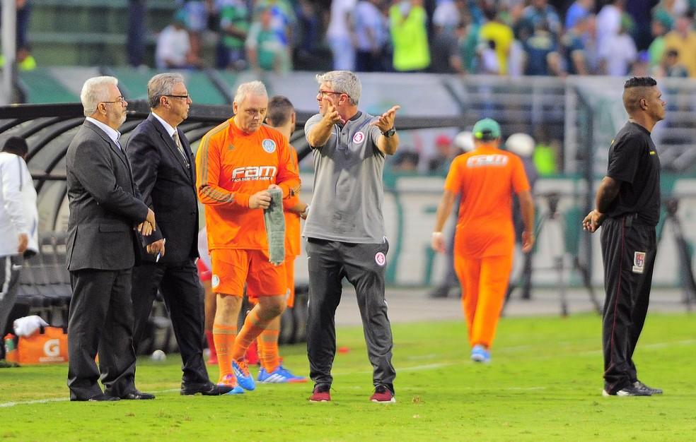Odair Hellmann reclama da arbitragem na derrota para o Palmeiras (Foto: Marcos Ribolli)
