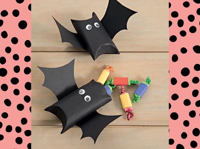 Morcego de papel para guardar balas no Halloween (Foto: Eduardo Svezia/ Editora Globo)