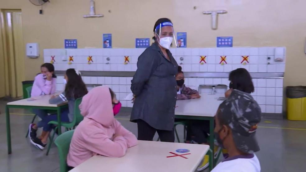 Mais de 3 mil mães começam a trabalhar nas escolas municipais de São Paulo nesta segunda-feira, 1º de março — Foto: Reprodução/TV Globo