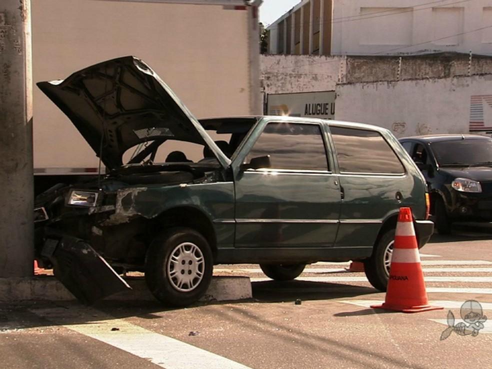 O acidente aconteceu na manhã deste sábado (25), no cruzamento da Avenida Duque de Caxias e Rua Padre Ibiapina, em Fortaleza. Segundo testemunhas, a motorista, de 19 anos, perdeu o controle da direção ao tentar desviar de um ônibus. A jovem teve ferimento (Foto: TV Verdes Mares/ Reprodução)