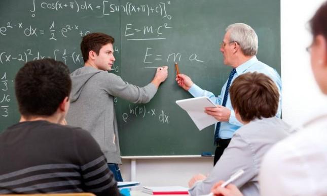 Professor e aluno em sala de aula (Foto: Arquivo Google)