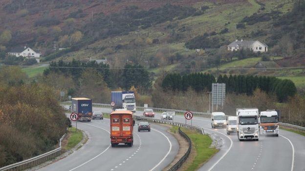 Fronteira entre as Irlandas é o ponto mais espinhoso do acordo (Foto: Getty Images via BBC News Brasil)