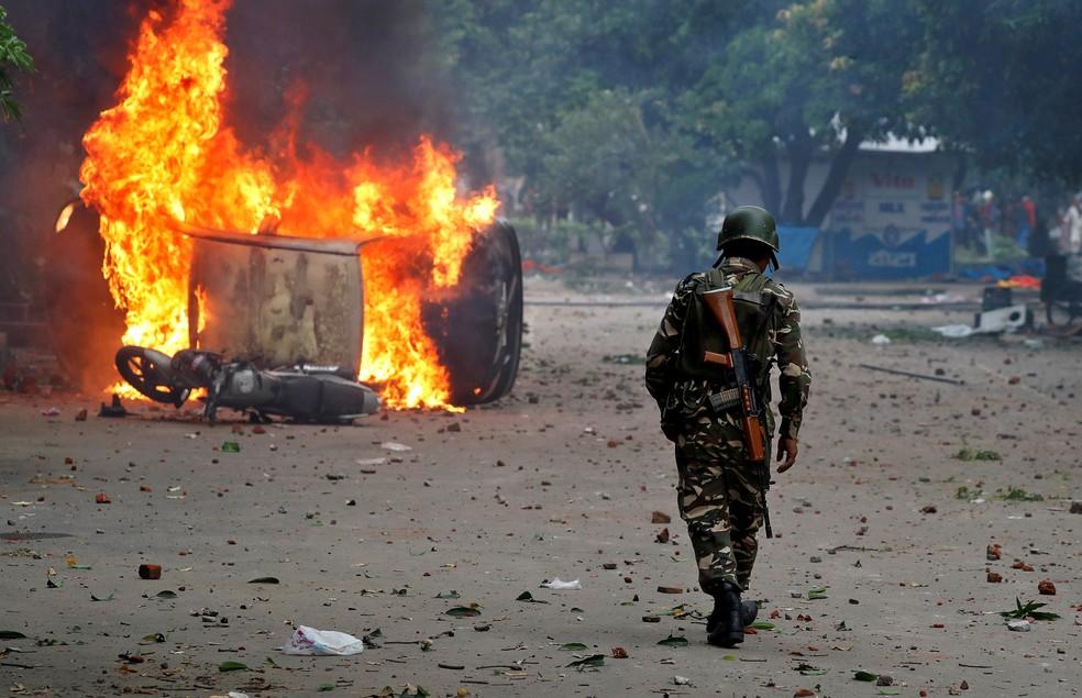 Membro de forças de segurança patrulha região de protestos em Panchkula, na Índia (Foto: REUTERS/Cathal McNaughton)