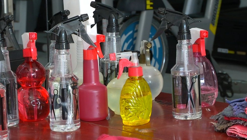 Produtos para a higienização dos equipamentos são disponibilizados — Foto: TVCA - Reprodução