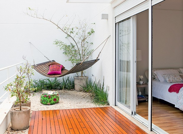 No primeiro andar da casa, a varanda do quarto tem deque, pedriscos e rede de madeira articulável. O projeto é do engenheiro Edison Kara e da arquiteta Simone Mantovani (Foto: Edu Castello/Casa e Jardim)