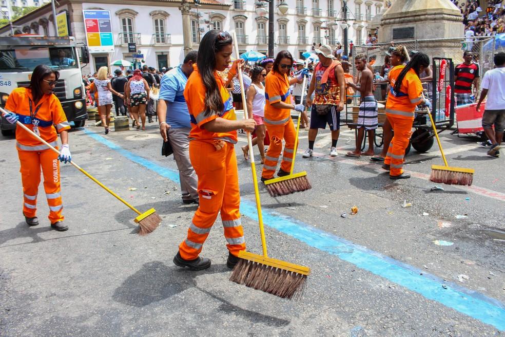 Garis fazem a limpeza após o Cordão da Bola Preta (Foto: Divulgação/Comlurb)