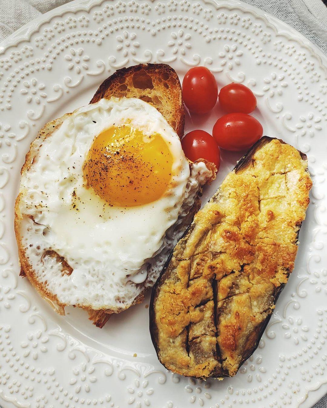 Berinjela com tahine e pão com ovo frito