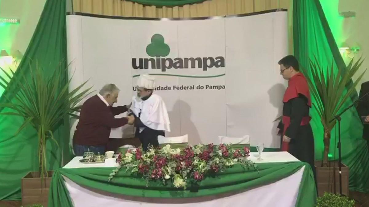 Pepe Mujica recebe título de Doutor Honoris Causa em Santana do Livramento