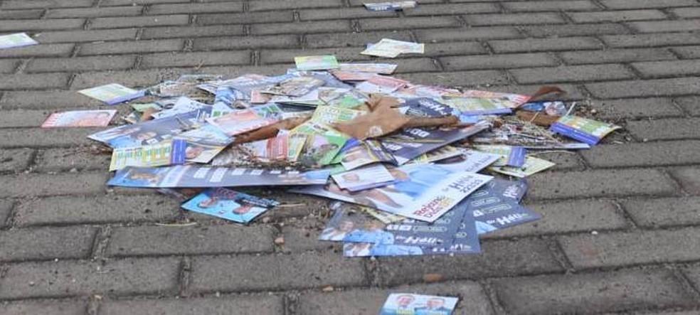 Santinhos jogados em rua  — Foto: José Marcelo/G1