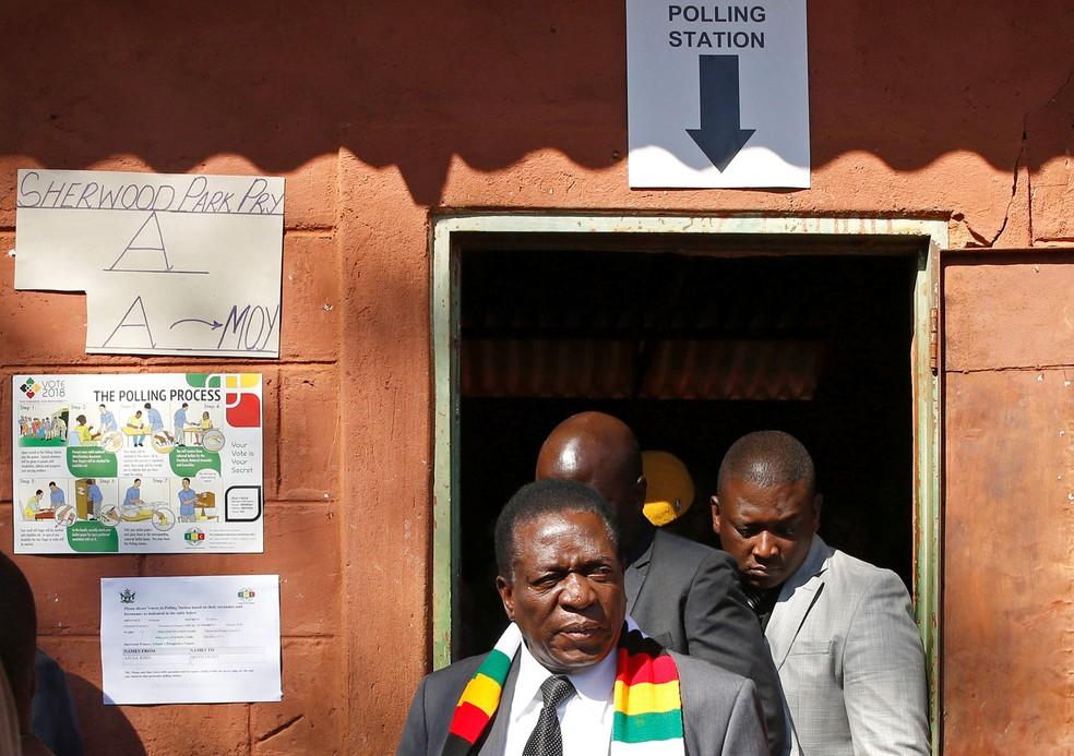 Presidente do Zimbábue, Mnangagwa, deixa local de votação nas eleições desta segunda-feira (30) em Kwekwe (Foto: Philimon Bulawayo/Reuters)