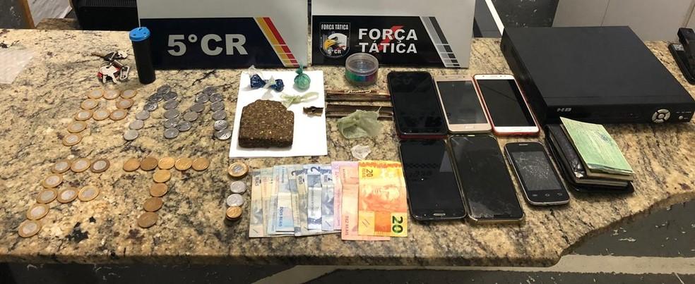 Porções de maconha e cocaína, além de celulares, foram apreendidas pela polícia — Foto: Polícia Militar de Barra do Garças/Assessoria
