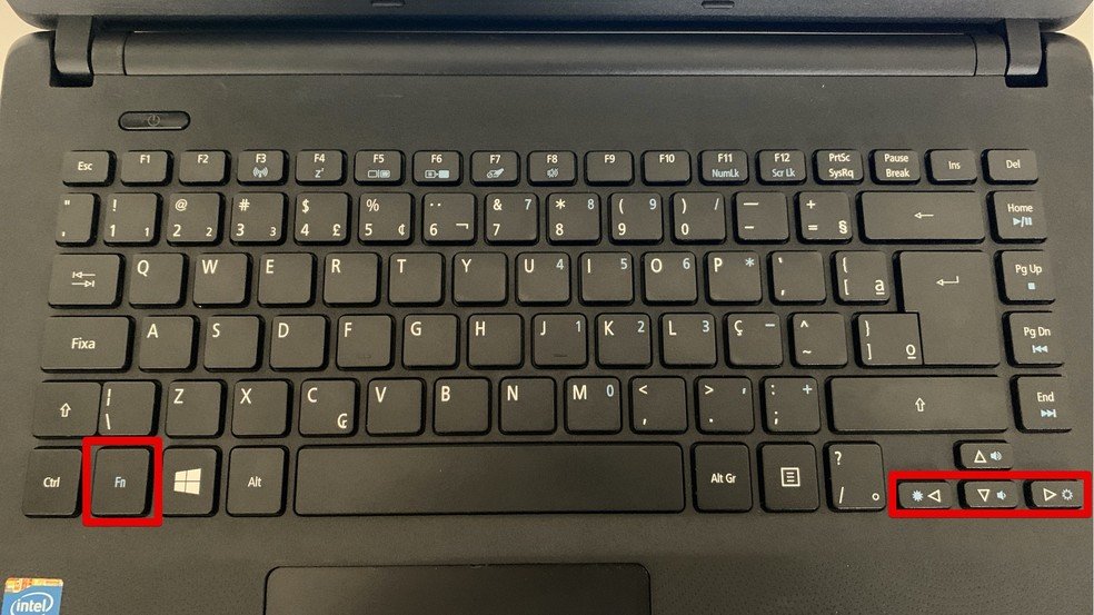 Atalhos no teclado para ajustar brilho da tela — Foto: Reprodução/Helito Beggiora