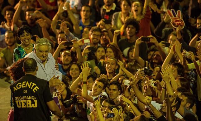 Pepe Mujica celebrado por multidão de jovens na Uerj, durante uma palestra em 2015